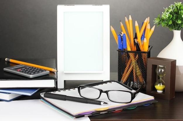 회색 표면에 사무실 책상에 흰색 사진 프레임