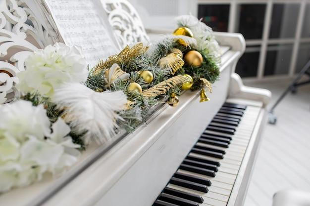 白い部屋の白いピアノ