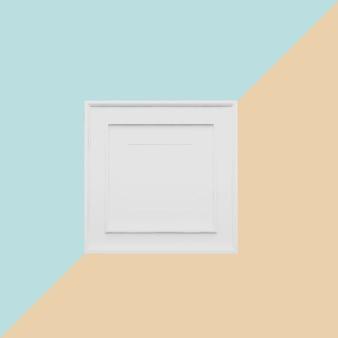 Белая рамка на светлом фоне синего и оранжевого пастель. минимальная идея концепции.