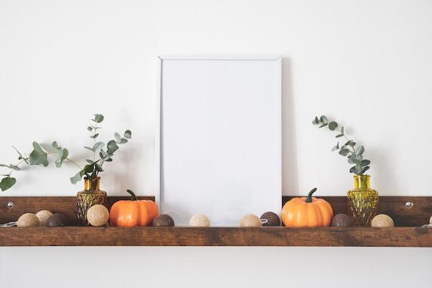 Белая рамка для фотографий с копией пространства на коричневой полке