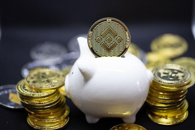 돈과 금융 개념과 디자인을 위한 카피스페이스를 절약하기 위한 검정색 배경에 흰색 돼지 저금통.