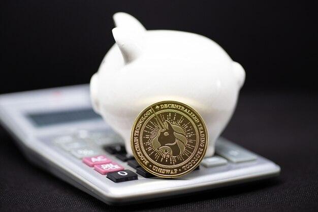 돈의 부와 금융 개념 및 복사 공간을 절약하기 위해 검은 배경에 흰색 돼지 저금통