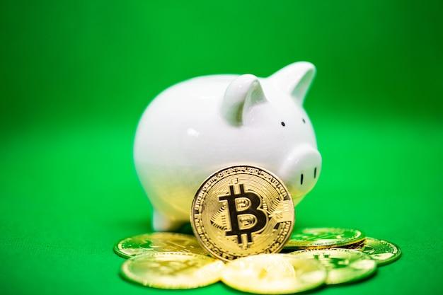 돈을 절약하기 위한 녹색 배경에 흰색 돼지 저금통 및 copyspace