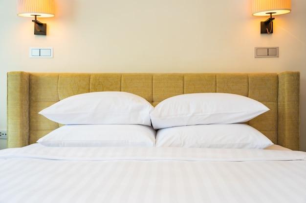 Cuscino bianco e coperta con interni decorati con lampada leggera