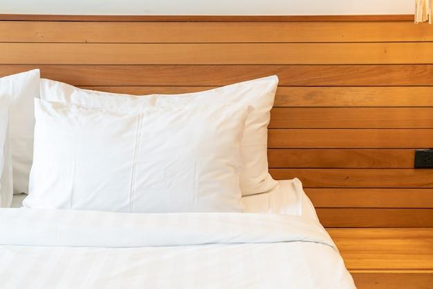 침실 인테리어에 침대에 흰색 베개 장식 프리미엄 사진