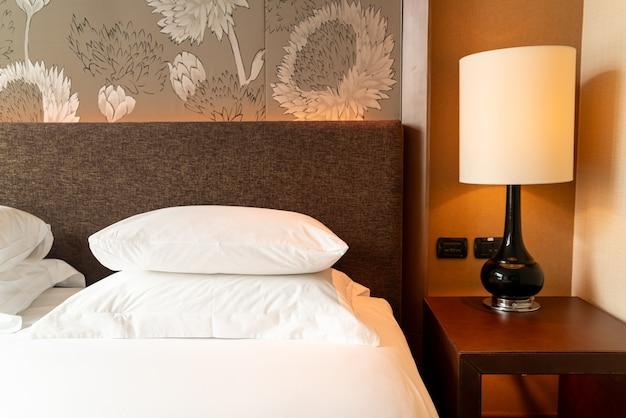 寝室のベッドの上の白い枕の装飾