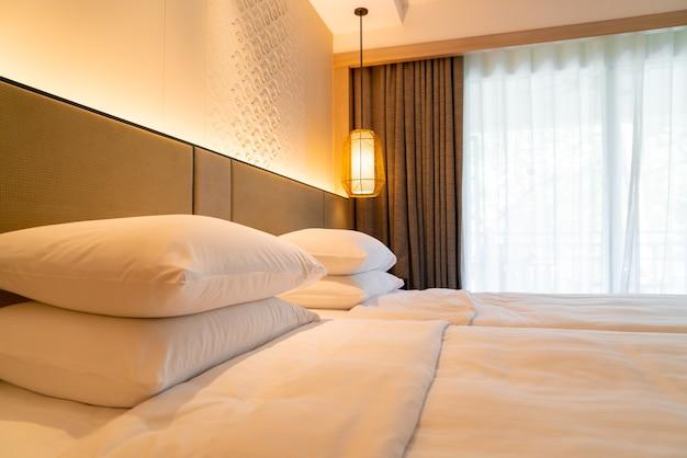 호텔 리조트 침실에서 침대에 흰색 베개 장식