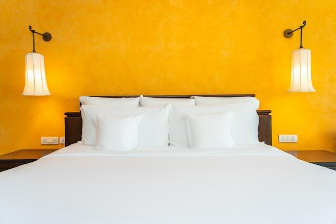 침실의 침대 장식 인테리어에 흰색 베개