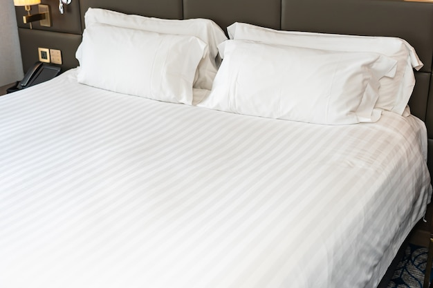 寝室のベッド装飾インテリアに白い枕
