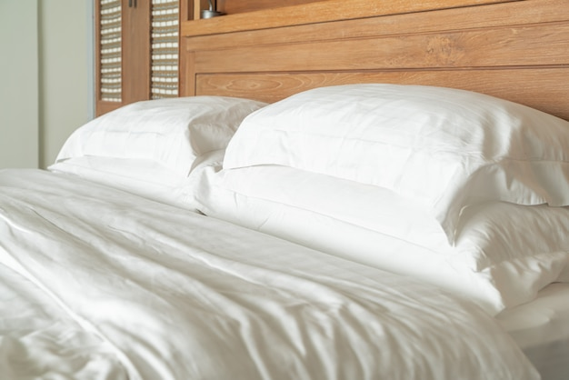 ホテルの寝室のベッド装飾インテリアに白い枕