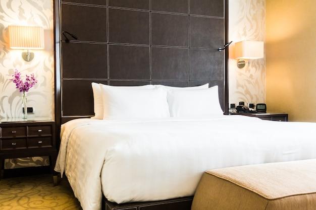 ベッドの上の白い枕