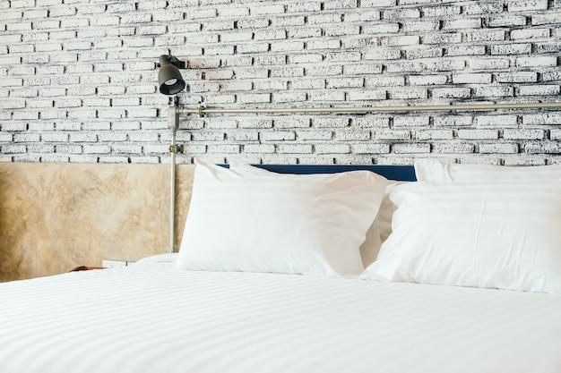침대에 하얀 베개