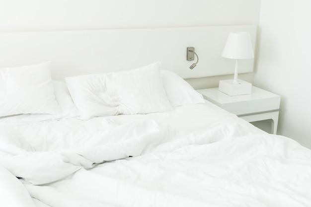 Rumpled 침대에 하얀 베개