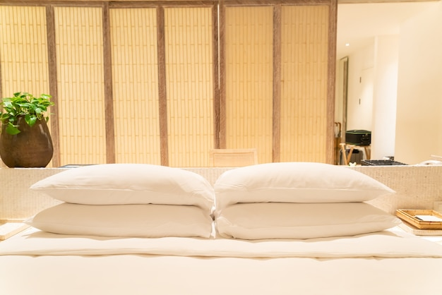 高級ホテルリゾートの寝室のベッドの上の白い枕の装飾