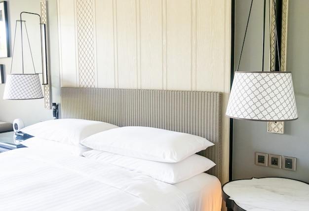 Украшение белых подушек на кровати