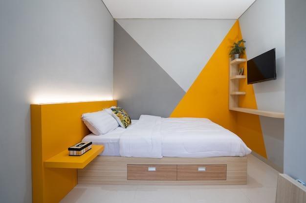 간단한 침실 인테리어의 침대에 흰색 베개