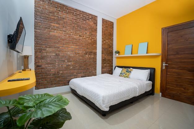 Белые подушки на кровати в простом интерьере спальни
