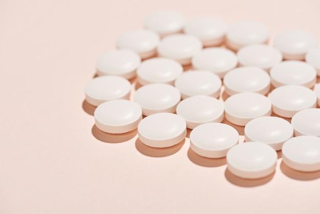 Белые таблетки крупным планом