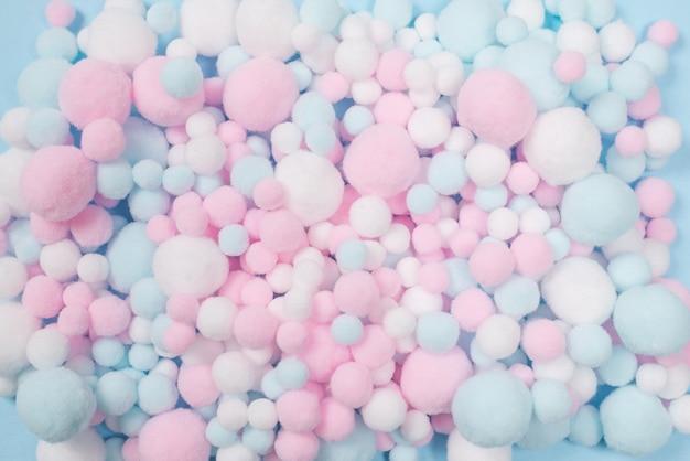 배경으로 흰색, 분홍색 및 파란색 부드러운 퐁퐁. 밝은 배경.