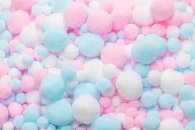 Белые, розовые и голубые мягкие помпоны