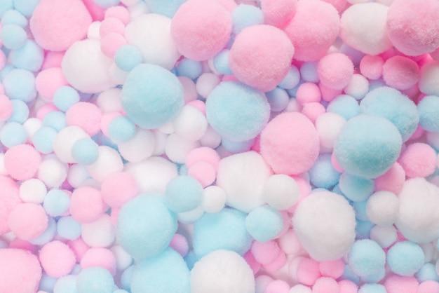 Белые, розовые и голубые мягкие помпоны.