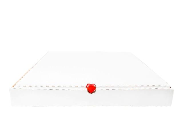 Белый изолят коробки доставки пиццы. стеклянное красное сердце в проеме. праздничная доставка с любовью, копией пространства. день святого валентина, обслуживание клиентов, фастфуд, курьер. эко-контейнер, переработка