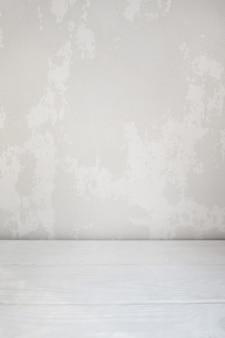 Белая оштукатуренная стена и деревянный пол