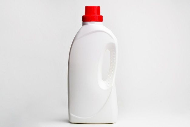 Белая пластиковая бутылка для жидкого стирального порошка, чистящего средства, отбеливателя или кондиционера для белья.