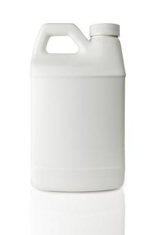 Белая пластиковая бутылка, изолированные на белом фоне
