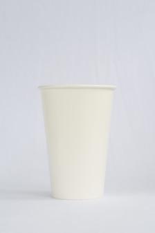 白の白いプラスチック製のコーヒーカップ