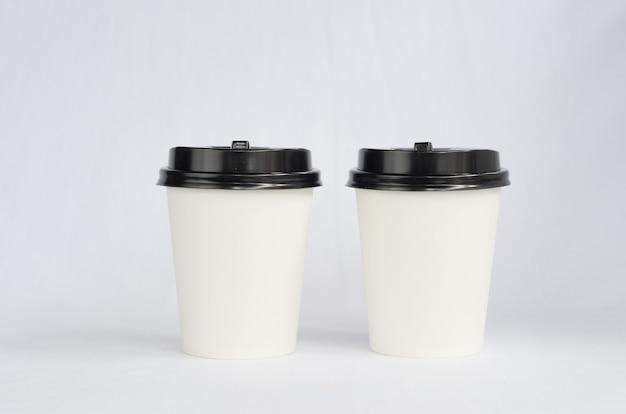 白地に黒のキャップが付いた白いプラスチック製のコーヒーカップ