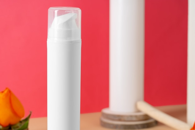 コピースペース付きの白いプラスチック製化粧品容器
