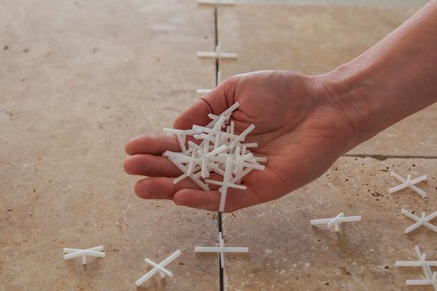 Белые пластиковые крестики для укладки плитки