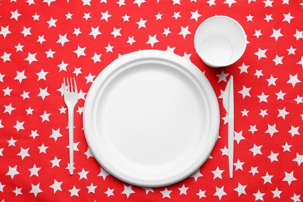 テーブルクロスに白いプラスチックの使い捨て食器