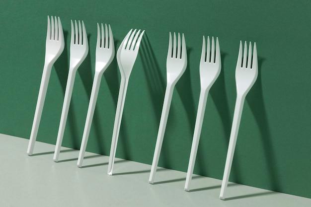Vista laterale delle forche in plastica bianca