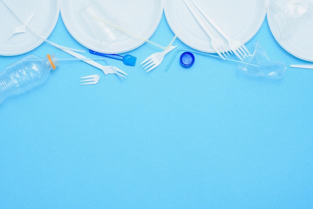 青い背景に白いプラスチック。プラスチック汚染