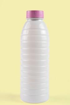 バックグラウンドで切り取られたヨーグルトまたはミルクの白いプラスチック包装。