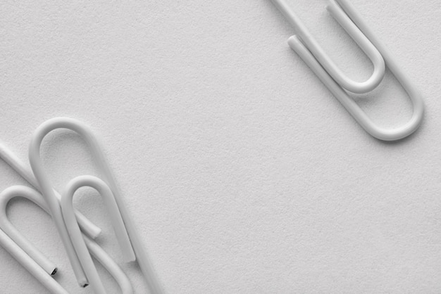 텍스트 복사 공간이 있는 흰색 플라스틱 종이 클립