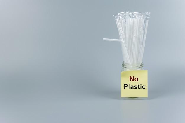 テキストのコピースペースを持つ白いプラスチック製のわら。環境保護、廃棄物ゼロ、再利用可能、プラスチックとは言わない、世界環境の日、地球の日の概念