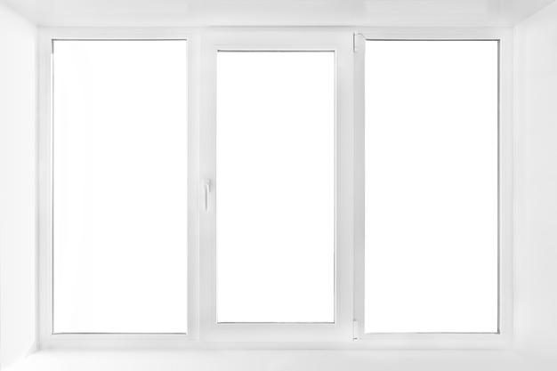 Окно белой пластиковой тройной двери изолированное на белой предпосылке. закрытая дверь
