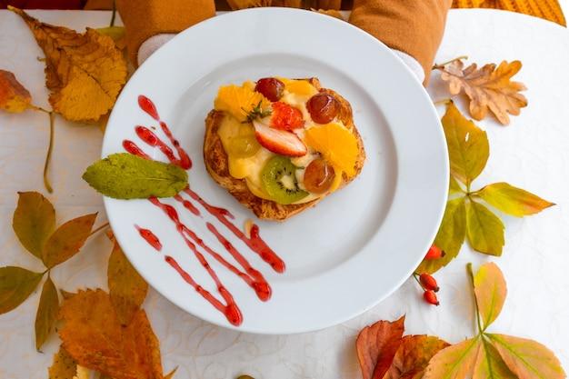 Белая тарелка торт осенние листья