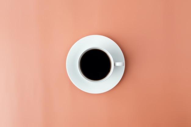 Белая тарелка, чашка кофе на бежевом фоне. фото высокого качества