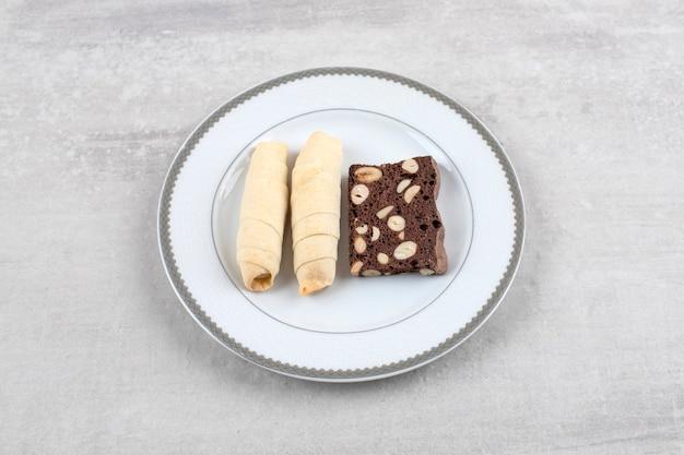 Piatto bianco di mutaki dolce fatto in casa sul tavolo di pietra.