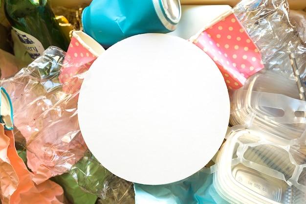 쓰레기 더미에 하얀 접시