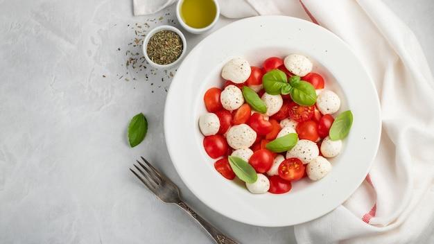 古典的なおいしいカプレーゼサラダの白いプレート。