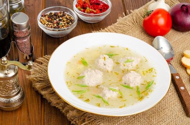 ミートボールスープの白いお皿