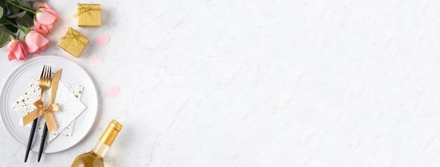발렌타인 데이 특별 휴가 데이트 식사 개념에 대 한 대리석 흰색 테이블 배경에 선물 및 분홍색 장미 꽃 화이트 플레이트.