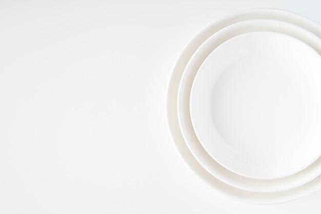 Белая тарелка