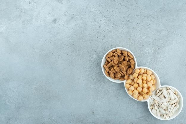 Un piatto bianco pieno di deliziosi snack. foto di alta qualità
