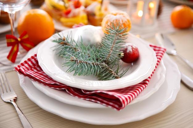 クリスマステーブルの上の食器と白いプレート